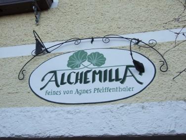 Agnes Pfeiffenthaler und Alchemilla, die Hüterinnen des Weibamarkts...